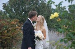 耦合亲吻婚礼 免版税库存照片