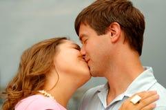 耦合亲吻年轻人 库存图片