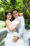 耦合公园婚礼 免版税图库摄影