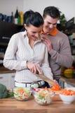 耦合厨房年轻人 免版税库存照片