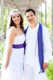 耦合在婚礼之日微笑的愉快的拥抱 库存图片
