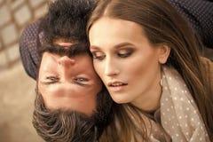 耦合爱 拥抱少妇和的老人一对美好的时髦的嫩夫妇有长的黑胡子的紧密 免版税库存图片
