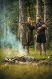 耦合爱 有束的人木柴 免版税库存照片