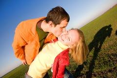 耦合被亲吻的爱年轻人 图库摄影
