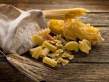 耳朵原始面粉的意大利面食 免版税库存图片