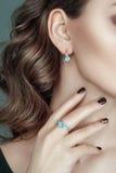 耳朵特写镜头画象和手和美丽的首饰对此 首饰套耳环和圆环与宝石 库存照片