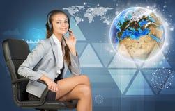 耳机、地球和网络的女实业家 免版税库存照片