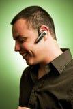 耳机人佩带的年轻人 图库摄影