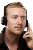 耳机他听的人 免版税库存图片