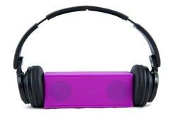 耳机和扩音器在白色背景 免版税库存照片