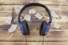 耳机和笔记 免版税库存照片