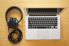 耳机和膝上型计算机现代工作的 库存图片