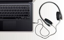 耳机和膝上型计算机 免版税库存图片
