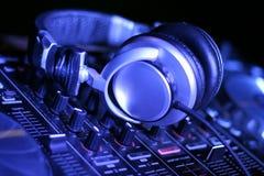 耳机和DJ控制齿轮 免版税库存图片