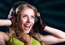 耳机唱歌的少妇 免版税库存图片