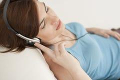 耳机回家技术妇女 免版税库存照片
