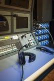 耳机在录音师混合的控制室音乐演播室 库存图片