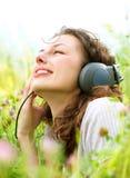 耳机妇女年轻人 免版税库存图片