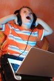 耳机开玩笑尖叫的年轻人 库存图片