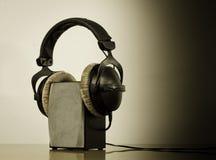 耳机扩音器白色背景 库存图片