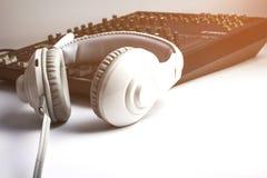 耳机白色背景音频搅拌器 图库摄影