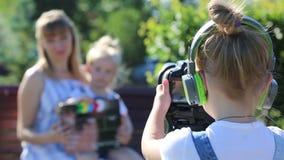 耳机的一女孩有照相机的射击剧情 影视素材