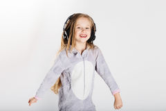耳机的可爱的小女孩享用与音乐 图库摄影
