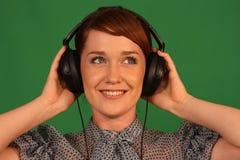 耳机的女孩 免版税库存照片
