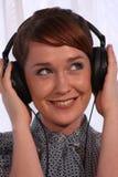 耳机的女孩 图库摄影