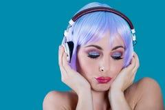耳机的妇女有闭上的眼睛的 免版税库存图片
