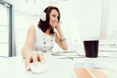 耳机的妇女 免版税库存照片