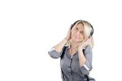 耳机的小姐享受音乐的 免版税库存照片