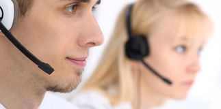 耳机的年轻商人 3d背景呼叫中心图象查出白色 库存图片
