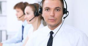 耳机的年轻商人 3d背景呼叫中心图象查出白色 免版税库存图片