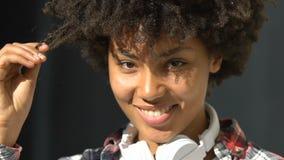 耳机的微笑两种人种的卷发的妇女闪光,挥动和,关闭  影视素材
