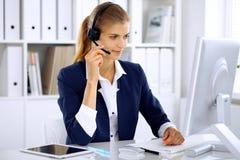耳机的现代女商人办公室 免版税库存照片