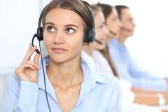 耳机的电话中心操作员,当咨询客户时 电话推销或电话销售 客户服务部和商业 免版税库存图片