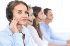耳机的电话中心操作员,当咨询客户时 电话推销或电话销售 客户服务部和商业 库存图片
