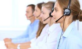 耳机的电话中心操作员,当咨询客户时 电话推销或电话销售 库存图片