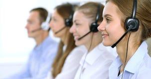 耳机的电话中心操作员,当咨询客户时 电话推销或电话销售 库存照片