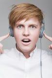 耳机的男孩 免版税库存图片