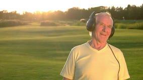 耳机的老人 影视素材