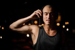 耳机的英俊的DJ感觉音乐 库存照片