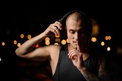 耳机的被刺字的夜总会DJ感觉音乐 库存图片
