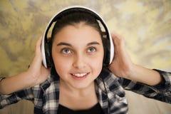 耳机的青少年的女孩查寻 免版税图库摄影