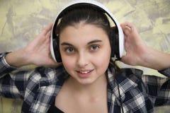 耳机的青少年的女孩 免版税库存照片