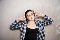 耳机的青少年的女孩 免版税图库摄影