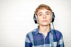 耳机的青少年 免版税图库摄影