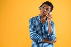 耳机的非裔美国人的少年听到音乐 免版税图库摄影