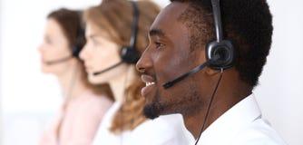 耳机的非裔美国人的电话操作员 电话中心事务或顾客服务概念 免版税库存照片